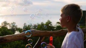 Pojken gör såpbubblor closeup område moscow en panorama- sikt Fotografering för Bildbyråer