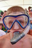 Pojken 10 gamla år i simning maskerar och snorklar Stående arkivbild