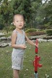 Pojken gillar medlet av säkerhet Fotografering för Bildbyråer