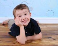 pojken grinar den posera enfaldiga sötsaken royaltyfri bild