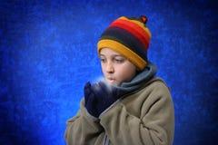 pojken hands hans till att försöka som är varmt royaltyfri fotografi