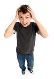 pojken hands huvudet som belastas till Arkivfoto
