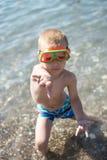 Pojken har gyckel med dykningmaskeringen Arkivfoton