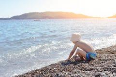 Pojken har gyckel på en strand Royaltyfria Foton