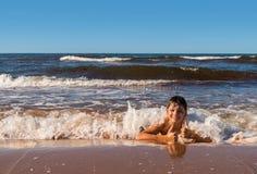 Pojken har gyckel på stranden Royaltyfri Bild