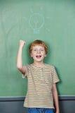 Pojken har idé med lightbulben Royaltyfria Bilder