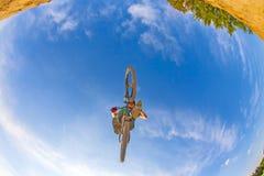 Pojken hoppar med hans cykel Royaltyfri Foto