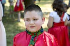 Pojken i den ryska skjortan under ferien Royaltyfria Bilder