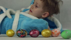Pojken i dräkten av påskkaninen lager videofilmer