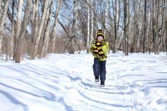 Pojken i en vinter parkerar royaltyfria foton