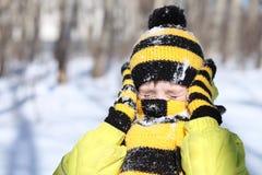 Pojken i en vinter parkerar arkivbild