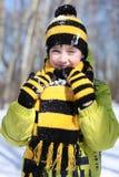 Pojken i en vinter parkerar royaltyfri bild
