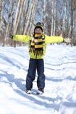Pojken i en vinter parkerar royaltyfri fotografi