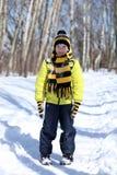 Pojken i en vinter parkerar arkivfoto