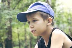 Pojken i ett lock Royaltyfri Bild