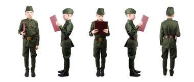 Pojken i militär likformig rymmer positioner för en mapp 5 i rad, isolaten på vit arkivbild