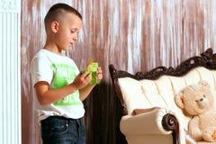 Pojken i rummet fotografering för bildbyråer