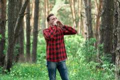 Pojken i skog Fotografering för Bildbyråer