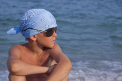 Pojken i solglasögon och bandana Arkivfoto