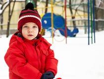 Pojken i vinter parkerar Arkivbild