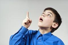 pojken indikerar upp looksöverrrakning Royaltyfri Fotografi
