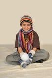 pojken kastar snöboll royaltyfria foton