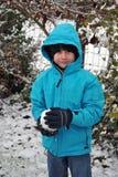 pojken kastar snöboll arkivbild