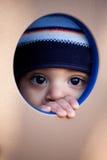 pojken kikar fönstret Fotografering för Bildbyråer