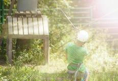 Pojken klättrar ett träd Arkivfoton