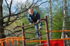 Pojken klättrade stegen Arkivfoton