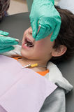 pojken kontrollerade tandläkaren som har hans unga tänder Royaltyfri Fotografi