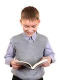 Pojken läser en bok Royaltyfria Bilder