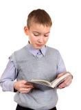 Pojken läser en bok Arkivbilder
