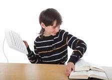 pojken läser inte för att önska Royaltyfri Bild