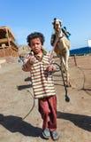 Pojken leder en kamel fotografering för bildbyråer