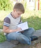 pojken little skriver Royaltyfria Bilder