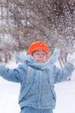 pojken little som leker, kastar snöboll royaltyfria bilder