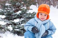 pojken little som leker, kastar snöboll Royaltyfri Foto