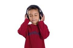 pojken lyssnar musik till Arkivfoton