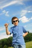pojken lyssnar musik till Royaltyfri Foto