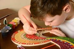 Pojken målar färgerna av trät Royaltyfri Bild