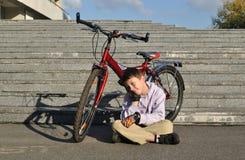 Pojken med den röda cykeln Fotografering för Bildbyråer