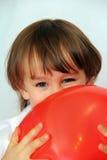 Pojken med ett rött klumpa ihop sig Arkivfoton