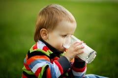 Pojken med exponeringsglas av mjölkar royaltyfri fotografi