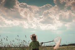 Pojken med fjärilen förtjänar Arkivbilder