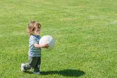 Pojken med fotboll klumpa ihop sig Royaltyfri Foto