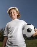 Pojken med fotboll klumpa ihop sig Royaltyfri Fotografi