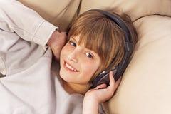 Pojke med hörlurar Royaltyfria Foton