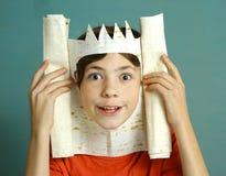 Pojken med rik fantasi föreställer konung Arkivbilder