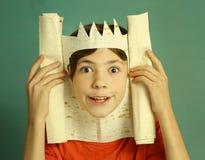 Pojken med rik fantasi föreställer konung Royaltyfri Foto
